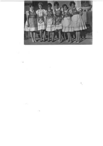Magyar ruhás lányok a kultúrház előtt