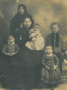 Anya és nagymama a gyerekekkel