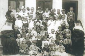 Óvodások apácákkal 1928.