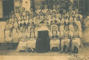 Iskolások apácával 1940-es évek